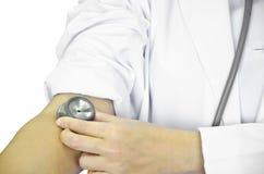 使用听诊器脉冲的医生。 库存照片