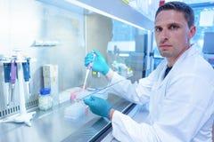 使用吸移管的科学学生在实验室里 图库摄影