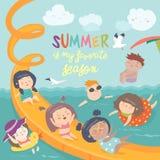 使用和享用在waterpark的孩子在暑假 库存照片