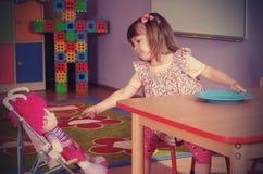 使用和学会在幼儿园的两年女孩 库存图片