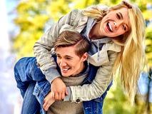 使用和挥动在公园的年轻夫妇 免版税库存图片