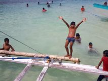 使用和游泳在海滩的菲律宾孩子 库存图片