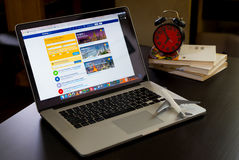 使用售票的商人 书的com网站他的商务旅行的 免版税库存图片