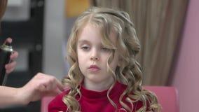 使用喷发剂的美发师 股票视频