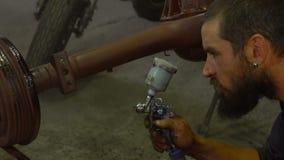 使用喷雾器的绘画汽车零件 股票录像