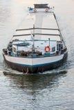 使用国内航道渠道的被装载的驳船 库存图片