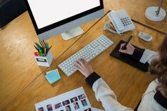 使用图形输入板和桌面的图表设计师 库存照片