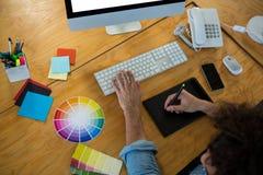使用图形输入板和桌面的图表设计师 库存图片