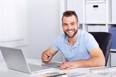 使用图形输入板的图表设计师在一个现代办公室 库存照片