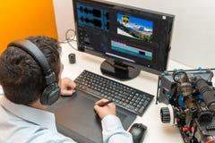 使用图形输入板的年轻人设计师为录影编辑 免版税图库摄影