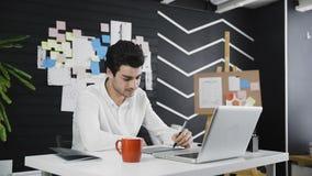 使用图形输入板的形象艺术家在他的书桌 影视素材