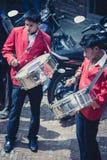 使用在一个传统印地安婚礼期间的音乐家在尼泊尔 免版税库存照片
