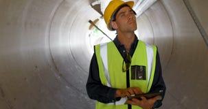使用在一个具体隧道4k里面的男性工作者数字式片剂 股票录像