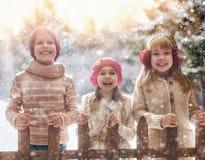 使用在一个冬天的女孩和男孩走 免版税库存照片