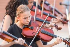 使用在一个室外音乐会的小组年轻小提琴手 免版税图库摄影