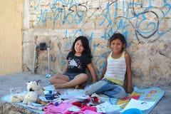 使用在一个恶劣的处所的边路的墨西哥女孩 免版税库存图片