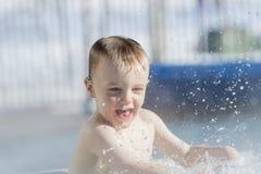 使用在一个温暖的水池的小孩男孩在冬天期间 免版税库存照片