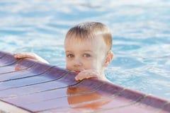 使用在一个温暖的水池的小孩男孩在冬天期间 免版税图库摄影