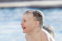使用在一个温暖的水池的小孩男孩在冬天期间 图库摄影