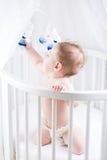 使用在一个白色托儿所的小婴孩 免版税库存照片