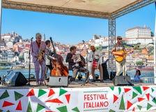 使用在一个节日的意大利音乐家在加亚新城,葡萄牙 免版税图库摄影