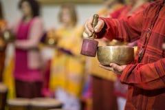 使用在一个tibetian唱歌碗的人 图库摄影