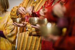 使用在一个tibetian唱歌碗的人 库存图片
