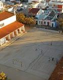 使用在一所公开小学的操场的孩子在日落 库存图片