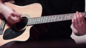 使用在一把声学吉他 股票录像