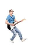 使用在一把电吉他的人的全长画象 图库摄影