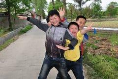 彭州,中国: 年轻中国男孩三重奏  免版税图库摄影