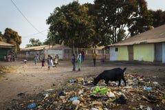 使用在一条肮脏的街道的小组孩子在Bissaque邻里在市比绍 图库摄影