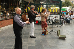 使用在一条街道上的街道音乐家在安特卫普 图库摄影