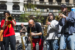 使用在一条街道的街道音乐家在市布宜诺斯艾利斯,在阿根廷 免版税库存照片