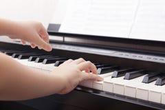 使用在一架数字式钢琴的孩子 免版税库存图片