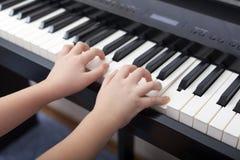 使用在一架数字式钢琴的孩子 免版税图库摄影