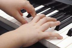 使用在一架数字式钢琴的孩子 免版税库存照片