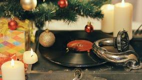 使用在一棵装饰的圣诞树下的一台老留声机 影视素材