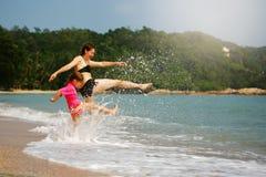 使用在一种热带手段的大海的愉快的家庭在s 库存照片