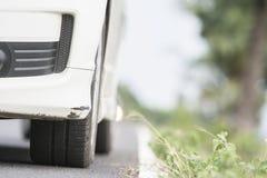 使用在一辆白色汽车的前保险杆踪影  免版税库存图片