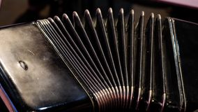 使用在一部大手风琴 播放口琴特写镜头 老乐器俄国bayan -按手风琴 免版税图库摄影