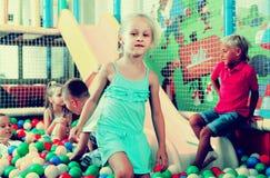使用在与塑料多彩多姿的球的水池的女孩画象 库存照片