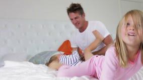 使用在与孩子的床上的父亲 影视素材