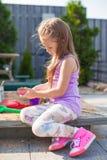 使用在与玩具的沙盒的小逗人喜爱的女孩 库存图片