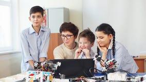 使用在业余类的膝上型计算机愉快的孩子学会编程