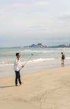 使用在中国海滩的年轻家伙selfie棍子在岘港 免版税库存图片