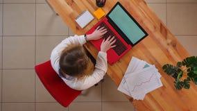 使用在书桌上的年轻白种人女实业家特写镜头顶面射击膝上型计算机户内在办公室 影视素材