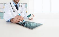 使用在书桌上的医生片剂规定医学 免版税库存图片