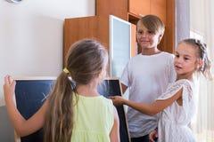 使用在井字游戏的孩子在客厅 图库摄影