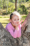 使用在产树胶之树的小女孩 库存图片